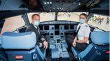 """Blick ins Cockpit desAirbus: """"Es ist etwas ganz Besonderes einen Flughafen mit einem Erstflug zu eröffnen, insbesondere wenn es noch die eigene Heimatstadt Berlin ist"""", sagt Flugkapitän Thomas Wilpert."""