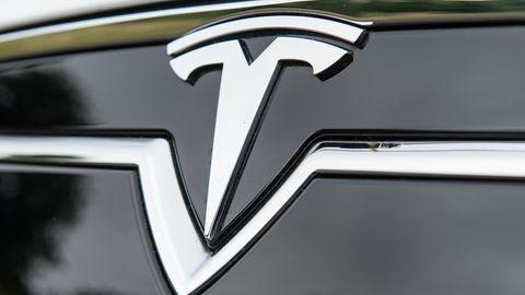Das Logo des Elektrofahrzeuges Model S der amerikanischen Firma Tesla.