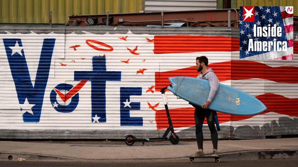 Ein Surfer passiert eine Vote-Grafito
