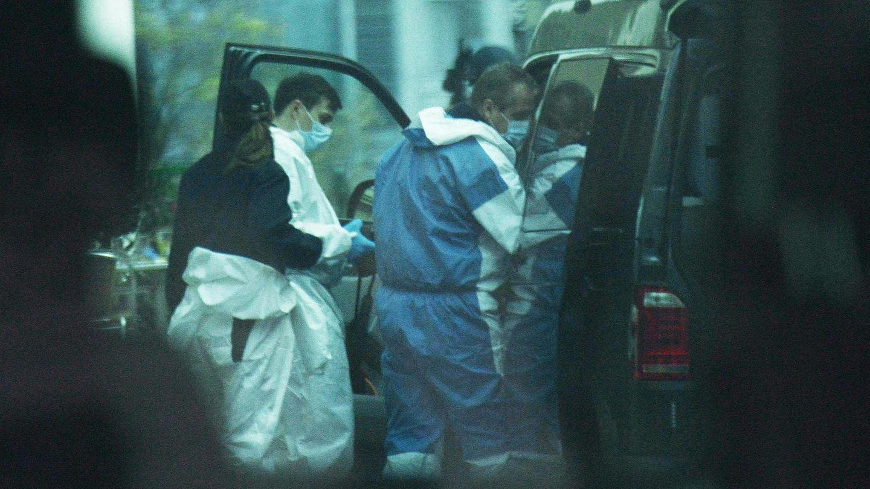 Österreich, Wien: Beamte der Spurensicherherung verlassen einen Tatort