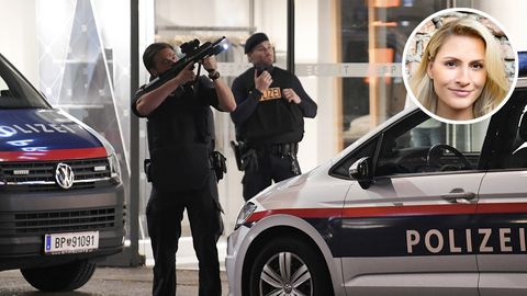 Polizisten am Ort des Anschlags in Wien