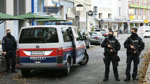 Polizeibeamte am Dienstag, 3. November 2020, im Bereich des Tatorts in Wien