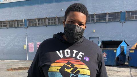 """Eine schwarze Wählerin mit einem """"Vote""""-Sweatshirt in Philadelphia"""