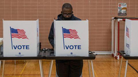 Ein Wähler in den USA gibt seine Stimme ab