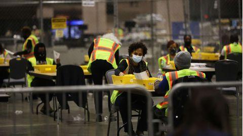 InPhiladelphia im US-BundesstaatPennsylvania zählen Wahlhelfer Stimmen bei der US-Präsidentschaftswahl.