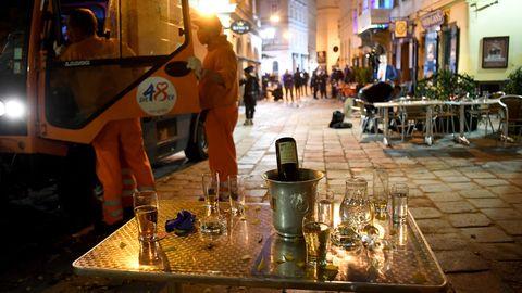 Hastig zurückgelassene Tische in einem Lokal am Tatort des gestrigen Attentates in der Wiener Innenstadt