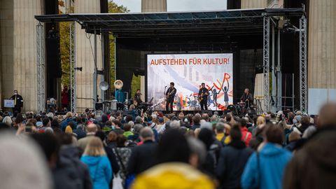 Hunderte Personen versammeln sich am Königsplatz