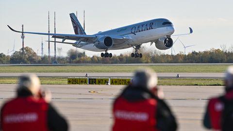 """Ein Airbus A350 von Qatar Airways landet als offiziell erstes Flugzeug auf der Südbahn des Hauptstadtflughafens Berlin Brandenburg """"Willy Brandt""""(BER)."""