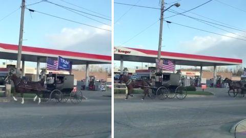 Schwarze Einspänner mit US- und Trump-Flaggen fahren an einer Tankstelle vorüber