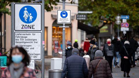 In der Innenstadt von München weist ein Schild auf die geltende Maskenpflicht zur Eindämmung des Coronavirus hin