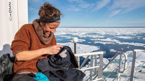 In der Isolation sind alle Fähigkeiten wichtig: Eisbärenwächterin Ashild Rye aus Norwegen flickt die Hose eines Kollegen