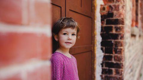 Ein Mädchen mit kurzen Haaren