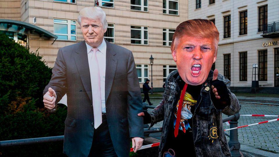 Donald Trump as Pappaufsteller am 4. Novembervor der US-Botschaft in Berlin – und ein Fan