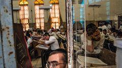 In der Ponevezh Yeshiva werden jahrhundertealte Rituale gelehrt. Die angesehensten Rabbiner der Welt unterrichten hier.
