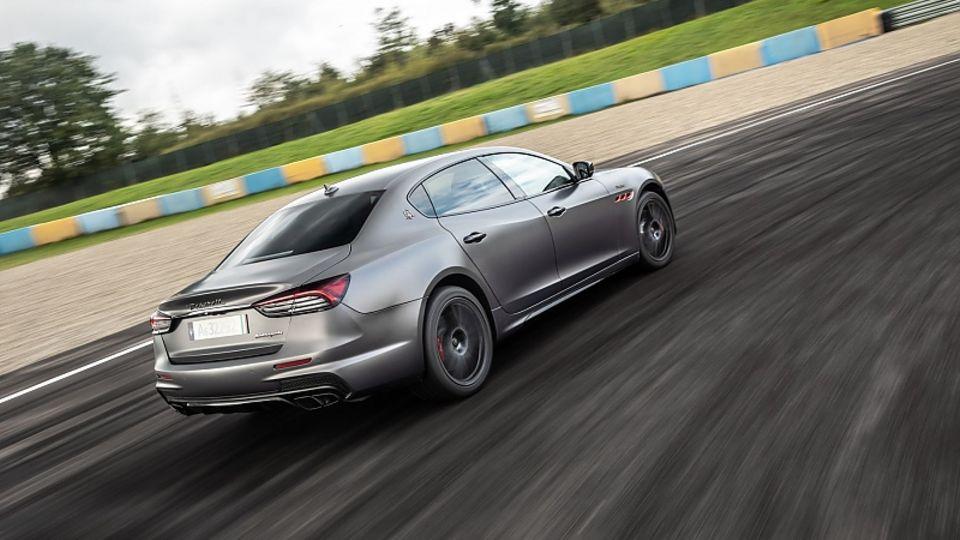 Wenn man es in den Kurven übertreibt, schiebt der Quattroporte Trofeo etwas mürrisch über die Vorderräder