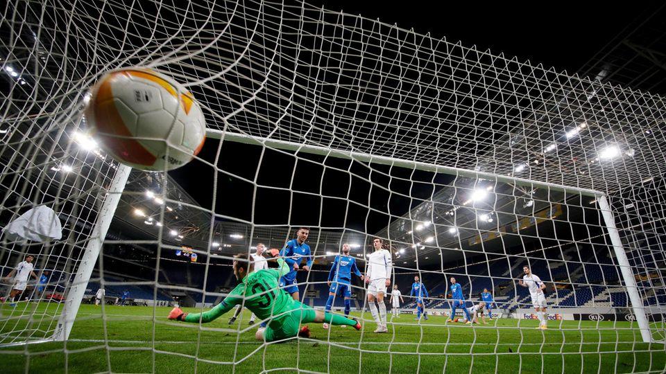 Sargis Adamyan schießt das 5:0 für Hoffemheim im Europa-League-Spiel gegen Liberec