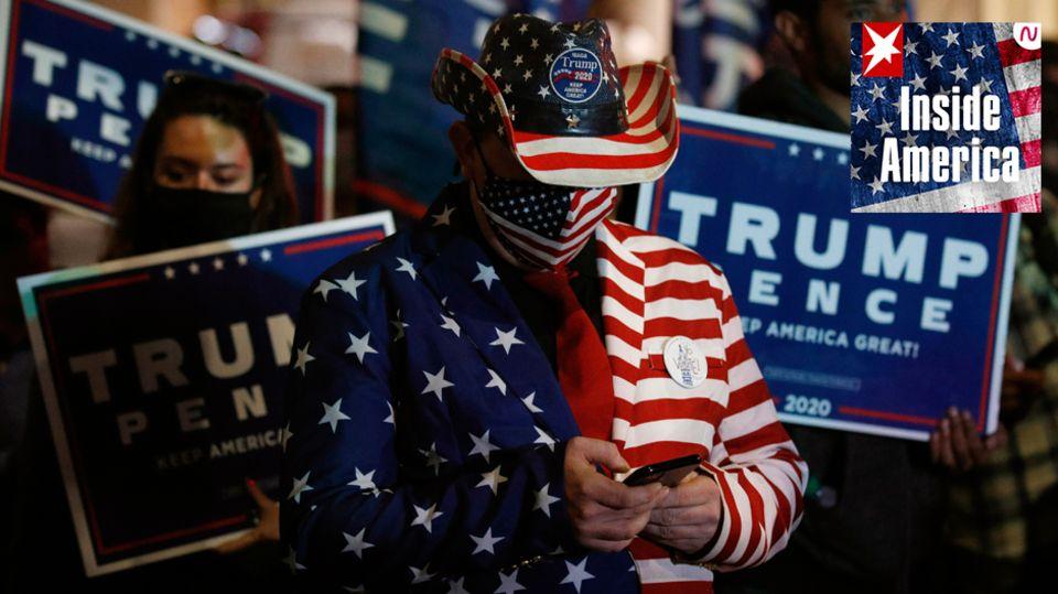 Anhänger von US-Präsident Trump demonstrieren vor dem Pennsylvania Convention Center