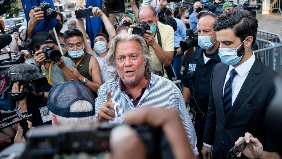 Steve Bannon: Der frühere Chefstratege im Weißen Haus spricht nach einem Gerichtstermin mit Journalisten
