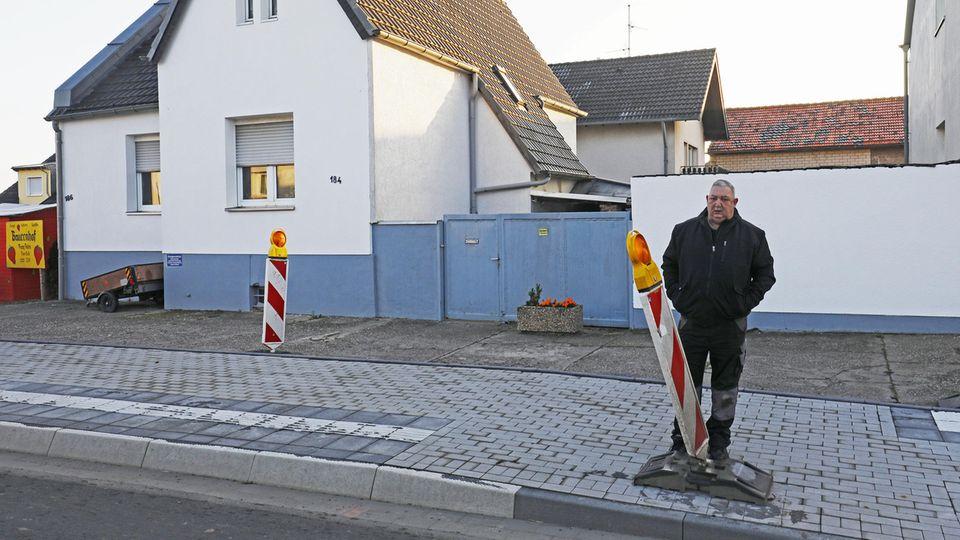 Anwohner Arno Zaun aus Euskirchen steht vor seiner Hauseinfahrt