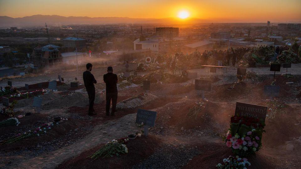 An den frisch aufgeworfenen Gräbern des Militärfriedhofs Jerablus in der armenischen Hauptstadt Jerewan müssen im Halbstundentakt die Trauerfeiern abgehalten werden