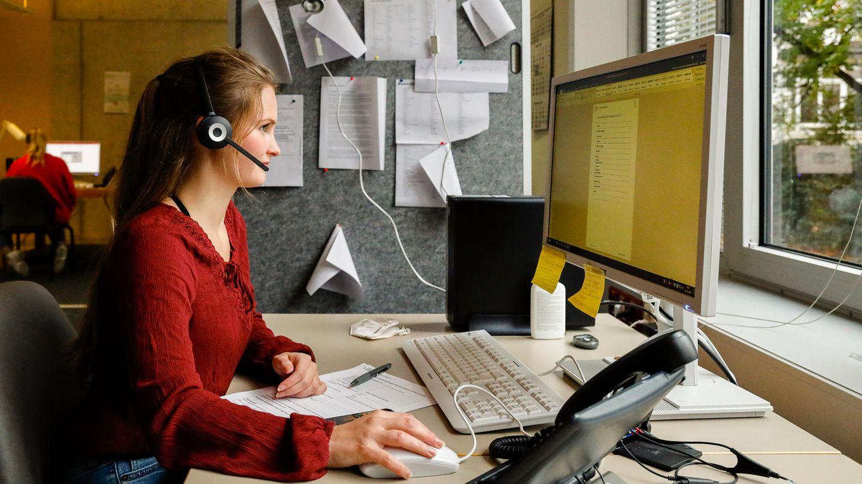 Seit Juli 2020 arbeitet Carla Rassmus als Corona-Detektivin im Bremer Gesundheitsamt. Ihr Werkzeug: Telefon und Computer. Sie teilt sich den Raum mit fünf weiteren KollegInnen