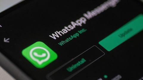 Whatsapp Dark Mode: Blick auf ein Smartphone-Display mit Whatsapp