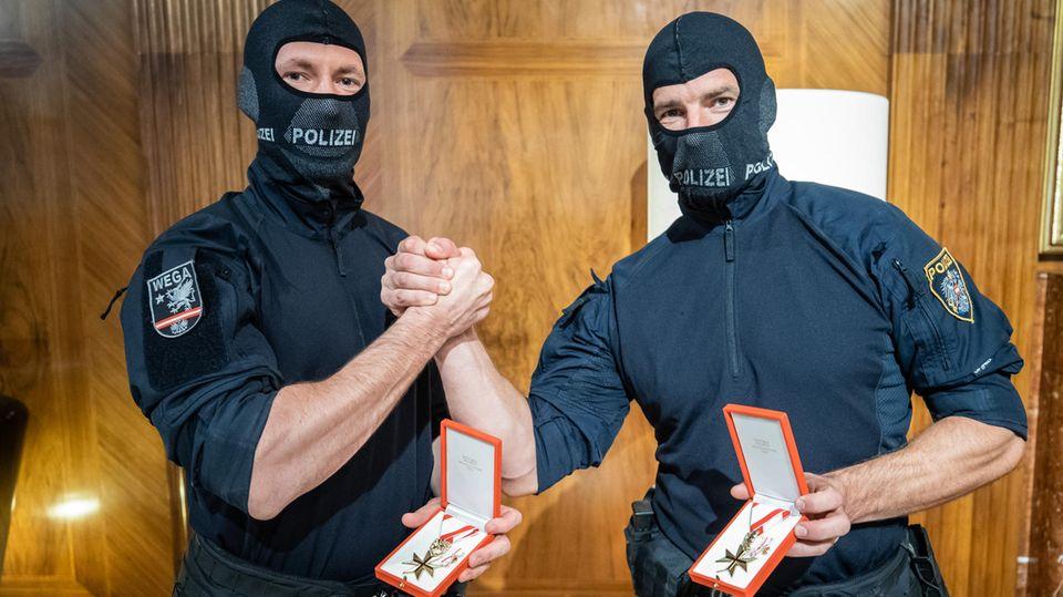 Wiener Polizisten mit Goldener Medaille am roten Bande