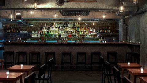"""Platz 8: Coa, Hong Kong, China  Das Coa sei nicht weniger als ein """"Schrein für alle Agaven"""", loben die Expert*innen. """"Inspiriert von den Reisen des Eigentümers und Gastfreundschaftshelden Jay Khan nach Mexiko, ist die Bar nach dem axtähnlichen Werkzeug benannt, mit dem die Pflanze geerntet wird, aus der der Schnaps hergestellt wird. Coa's Sammlung von über 180 handgefertigten Spirituosen umfasst Tequila, Mezcal, Raicilla, Sotol, Bacanora, Charanda und eine Vielzahl von Pechuga-Mezcal, von der Putenbrust bis zur destillierten Lammkeule."""" Hier könne man jede Menge über Agavaen-Spirituosen lernen, vor allem aber solle man sie in den """"herausragenden"""" Cocktails probieren:""""Der La Paloma de Oaxaca - Tequila blanco, Mezcal-Espadin, Limettensaft und Grapefruit-Soda mit einem Umami-Wurmsalzrand - ist zu einer Art Ikone geworden. Der Khan experimentiert oft mit verschiedenen Fermenten wie Tepache und Reisbier, und die Bar hat sogar eine Eigenmarke von handwerklich hergestelltem Tequila blanco."""""""
