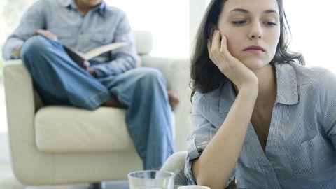 Narzissten manipulieren ihren Partner, um sie zum Bleiben zu zwingen. Selten spielt Liebe dabei eine Rolle.