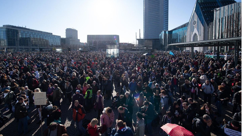 Sachsen, Leipzig: Teilnehmer einer Demonstration der Stuttgarter Initiative «Querdenken» stehen auf dem Augustusplatz