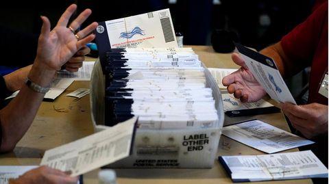 Wahlhelfer aus dem Bezirk Chester im US-Bundesstaat Pennsylvania bearbeiten die Briefwahl-Stimmzettel