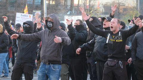 Leipzig: Gegendemonstranten stehen anlässlich der Demonstration der Stuttgarter Initiative ·Querdenken· auf dem Augustusplatz.