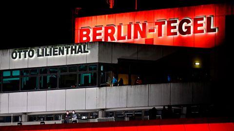 Rot angestrahlt: Der Flughafen Berlin-Tegel am Samstag, den 7. November, kurz vor seiner Schließung.