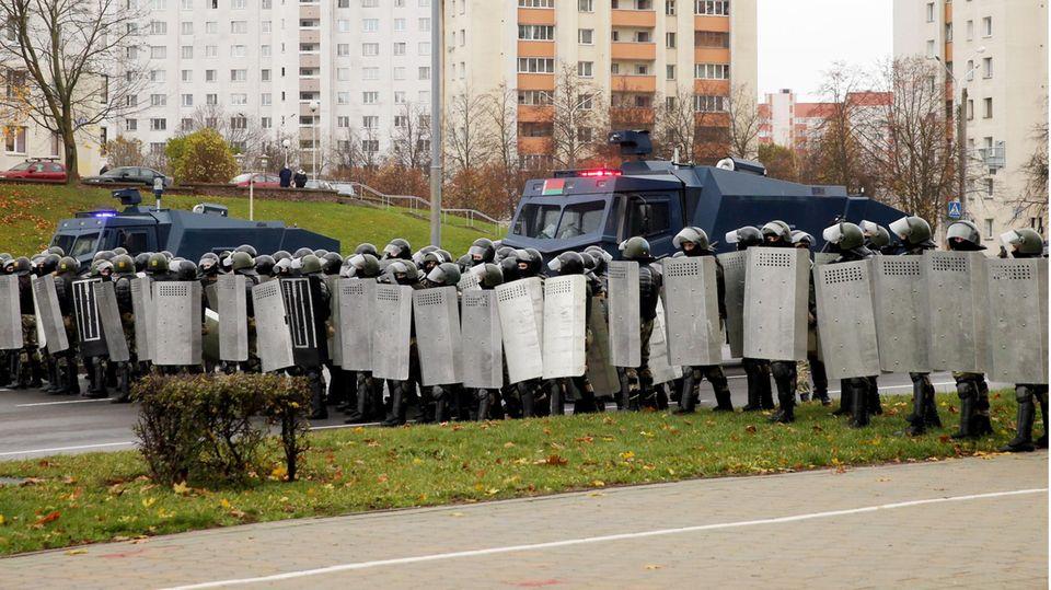 Uniformierte in Sturmhauben sind inBelarus in Hundertschaften gegen neue Proteste vorgegangen