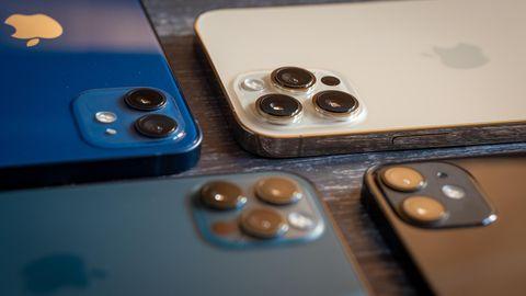Alle Kameras der neuen ihone-Generation. Oben links (blau) ist das iPhone 12, rechts daneben (Gold) das Pro Max. Das schwarze Modell unten rechts ist das iPhone 12 Mini, links daneben (Pazifikblau) liegt das iPhone 12 Pro.
