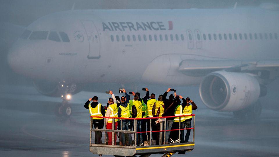 Bild 1 von 16der Fotostrecke zum Klicken:Aus Paris kommend landete am Sonntag der letzte Flug: einAirbus von Air France, der von Mitarbeitern und der Presse empfangen wurde.