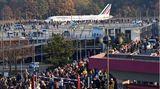 Große Anteilnahme: Viele Menschen schauen zu, wie der Airbus der französischen Fluggesellschaft Air France auf dem Flughafen Tegel (TXL) zum Abflug nach Paris auf die Startbahn rollt.