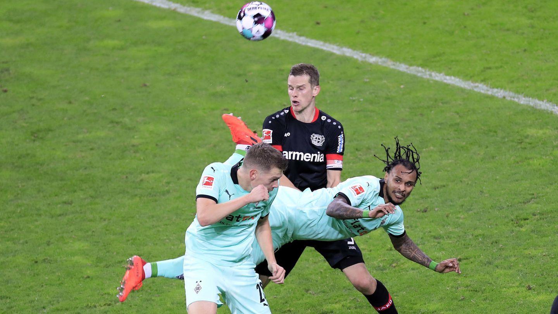 Valentino Lazaro hängtartistisch quer in der Luft. Ihm gelingt an diesem Sonntagabend ein Skorpions-Kick