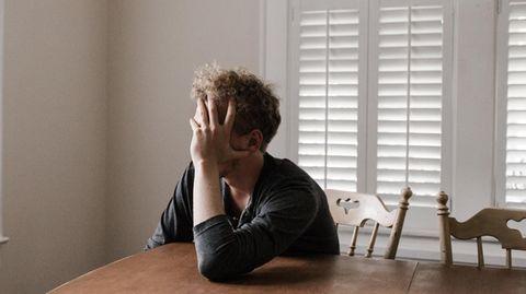 Einsamer Mann am Tisch