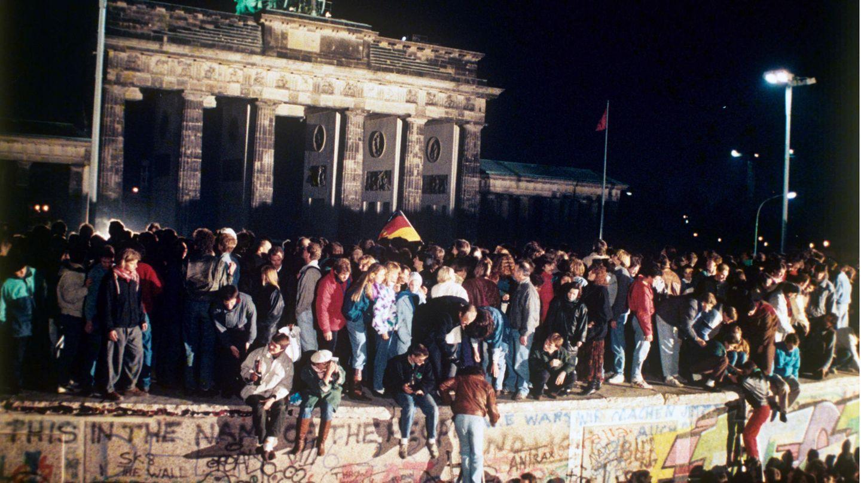 9. November 1990: Die Mauer fällt  Jubelnde Menschen auf der Berliner Mauer vor dem Brandenburger Tor am 9. November 1989. Nach der Öffnung eines Teils der deutsch-deutschen Grenzübergänge in der Nacht vom 9. auf den 10. November 1989 reisten Millionen DDR-Bürger für einen kurzen Besuch in den Westen. In der Folge wurde die innerdeutsche Grenze abgebaut, seit dem 3. Oktober 1990 ist Deutschland wieder vereint.