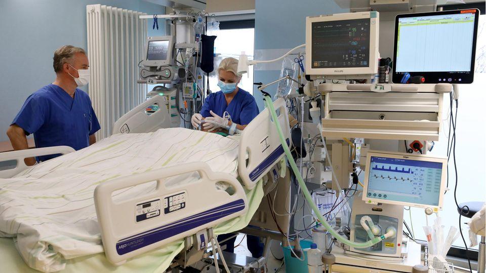 Ärzte stehen an Beatmungsgeräten
