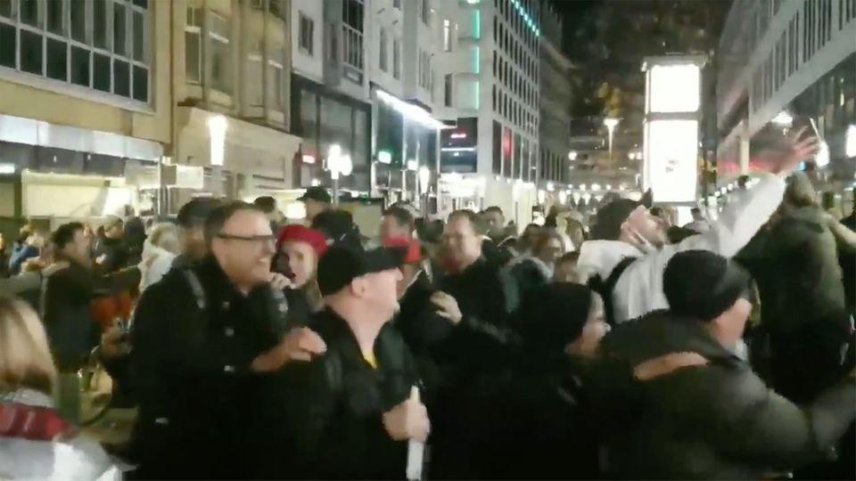 Leipzig-Demo: Querdenker sorgen mit Corona-Polonaise für Empörung