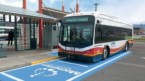 Ein E-Bus auf einem Ladefeld