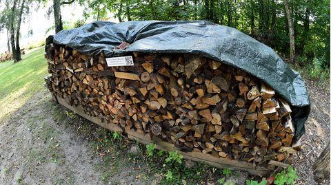 Kurioser Holzstapel-Streit beendet: Er wird um ein paar Meter versetzt