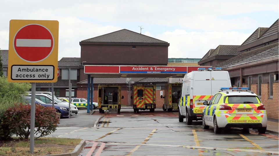 Die Polizei vor demCountess of Chester Hospital