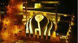 Köln: Ditib-Zentralmoscheee  Bereits im November 2009 wurde der Grundstein für die Moschee in Köln-Ehrenfeld gelegt, doch bis zur Einweihung 2018 mussten einige Hürden genommen werden. Heute steht die von Gottfried und Paul Böhm entworfene Zentralmoschee der Türkisch-Islamischen Union, kurz Ditib, als pompöser Hingucker direkt an der Inneren Kanalstraße. Das Zusammenspiel aus Beton, Glas und Holz wird von zwei filigranen 55 Meter hohen Minaretten eingefasst.