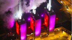 Hannover: Heizkraftwerk Linden  Dieses Kraftwerk gilt als Vorzeigeobjekt der Wirtschaftswunderjahre und als das Wahrzeichen des Hannoveraner Stadtteils Linden. Die markanten Kesselhäuser prägen das Stadtbild seit 1962. Die liebevoll als die »drei warmen Brüder« bezeichneten, bunt angestrahlten Türme zieren heute Poster, Fotos und Fanartikel.