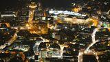 Braunschweig: Innenstadt  Das Zentrum der Löwenstadt hat viele Gesichter, das zeigt sich auch bei Nacht. Mal erscheint die Innenstadt historisch, mal modern. Die Architekturgeschichte aus zehn Jahrhunderten zeigt die wechselvolle Geschichte der Welfen- und Hansestadt.Rechts oben im Bild die Fassade des 2007 wiederaufgebauten Schlosses, hinter der sich ein Einkaufszentrum versteckt.