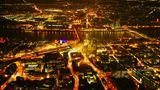Köln: Dom und Hauptbahnhof  Wie flüssiges Gold, das durch die Straßen rinnt, leuchtet das abendliche Köln. Deutlich aus dem Häusermeer ragen Hauptbahnhof und der Dom hervor. Auf der anderen Rheinseite funkelt der Stadtteil Deutz.