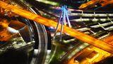 Ludwigshafen: Hauptbahnhof  Der markante Pylon der Schrägseilbrücke für den Autoverkehr markiert den vor gut 50 Jahren eröffneten Bahnhof der Stadt, damals der modernste Europas. Was auf dem Foto so reizvoll aussieht, steht für eine fehlgeleitete Verkehrsplanung. Heute nutzen nur wenige Fahrgäste den Bahnhof, die Wege sind lang, dieAnlage macht einen heruntergekommenen Eindruck.